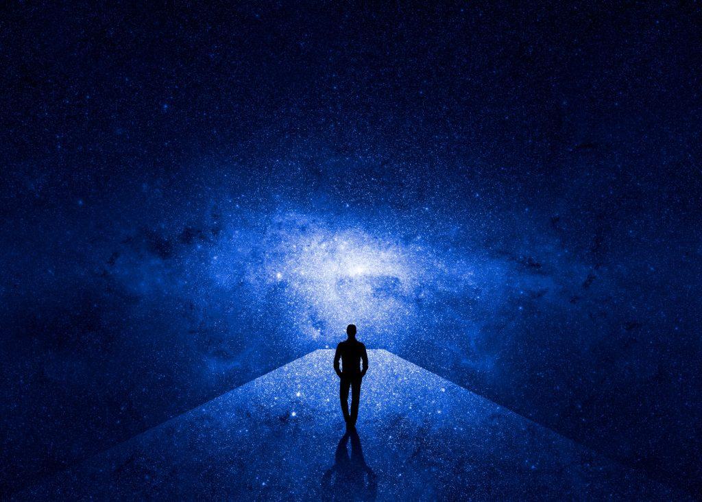 homme marche à travers l'univers